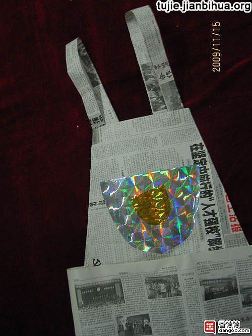 3废旧报纸做服装用同样的方法和步骤制作出裙子等