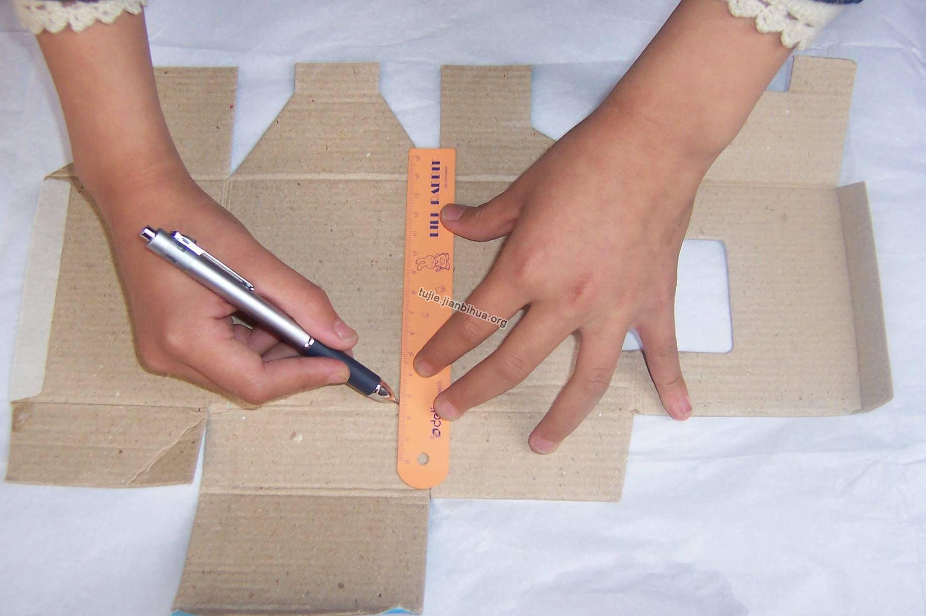 纸灯笼制作方法 用卡纸做灯笼的方法-新年灯笼的手工制作方法 要过年了,自己动手制作一个大气的灯笼挂在家里是不是会更加温馨,有家的感觉呢,下面就教你手... 纸灯笼的折法图解 纸灯笼的折法 用纸杯制作的小灯笼 纸杯做的红灯笼,一起来欣赏一下吧! 灯笼的肚子是用用过的纸杯做的,先把纸杯用水彩笔涂成红色,再把纸.
